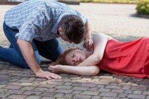 Женщина лежит на мостовой