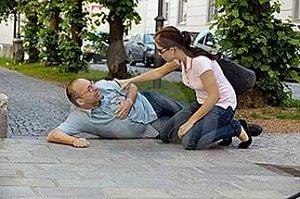 Лежит на тротуаре