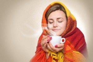 девушка пьет чай с эхинацеей
