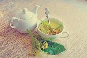 Липовый чай в кружке и чайничке