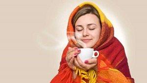 простуженная девушка пьет чай с липой