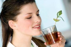 Девушка пьет из стакана