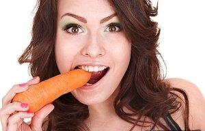 Девушка есть морковку