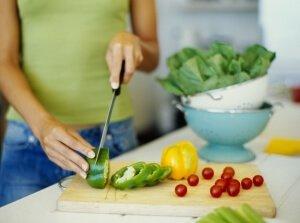 Девушка готовит салат
