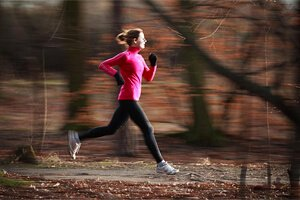 Девушка бегает
