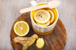 нарезанный имбирь и чай