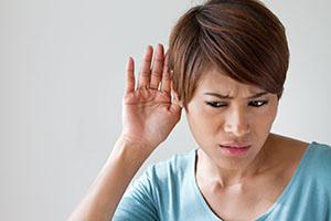 Женщина плохо слышит