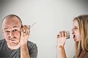 человек плохо слышит