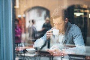человек пьет кофе