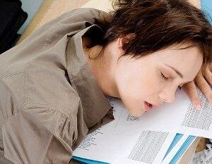 Спит на бумагах