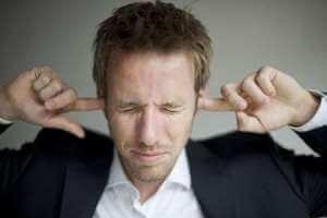 Заткнула слуховые проходы