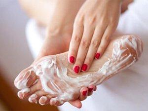 Мажет ноги кремом