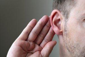 Мужчина прислушивается звукам